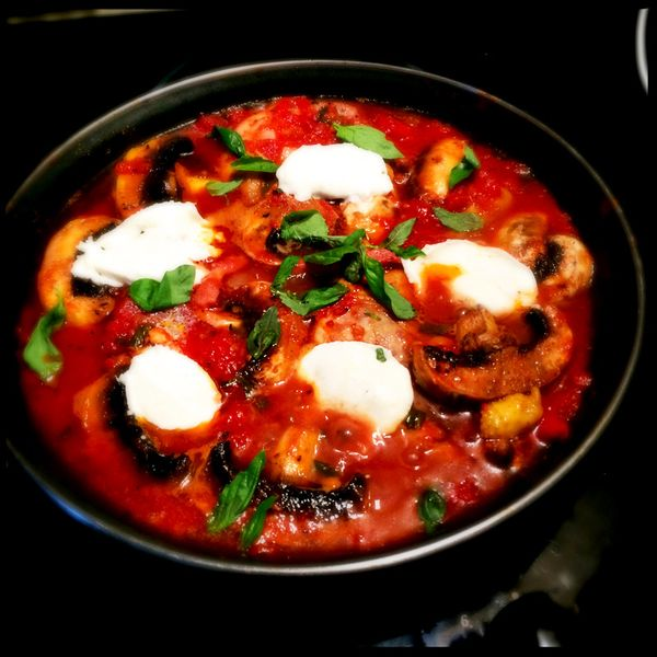 Chicken-with-lardons,-mushrooms-and-mozarella